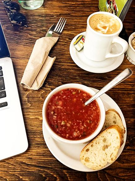 Café créatif au croquis plat